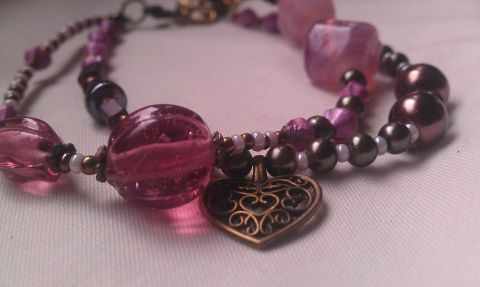 Rózsaszín álom II. karkötő bronzgyöngyökkel, Ékszer, óra, Karkötő, Vidám kétsoros karkötő rózsaszínes-lilás gyöngyökből, metál-fényű teklával, áttört m..., gaboca, meska