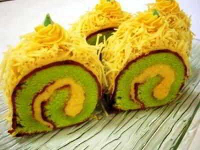 Roll Cake - Simak rahasia cara membuat video resep roll cake lembut panggang atau kukus karakter mini dasar batik coklat jepang ricke paling enak serta spesial disini.
