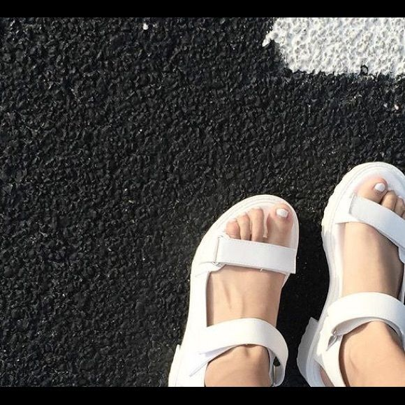Topshop vagabond inspired white chunky sandal Super cute and trendy, worn twice H&M Shoes Sandals