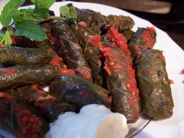 Etli Kara Lahana Sarması - Zehra Şener #yemekmutfak Karalahana dolması Karadeniz yöresine özgü çok lezzetli bir yemektir. Karadenizliler bu sarmanın üzerine domates sosu koymazlar.