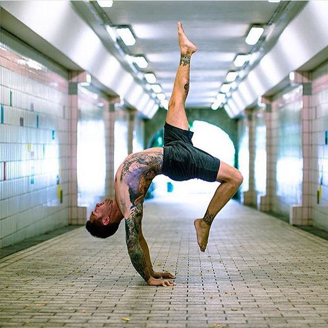 Not that we all need to be doing these incredibly advanced inversions to be a legit yogi... but it's still beautiful to watch. The performance art of Dylan Werner at play in an urban streetscape @dylanwerneryoga. A true body and mind artist.  #yoga #inversion #artist #yogaplay
