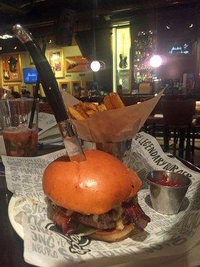 Im Hard Rock Café in #Köln gibt's auch internationale #Burger - wie diesen aus Kolumbien. Mehr dazu im Text.