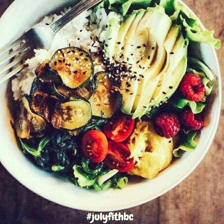 ⚠IdéeDéjeuner⚠ . 👉🏻C'est plutôt facile de manger équilibré et sain 👉🏻Il suffit juste d'un peu d'imagination ! . Bon appétit !🍇❤️ . Que mettriez-vous dans une salade composée maison aujourd'hui ? . . ❤️Likez si ça vous donne envie ❤️Partagez pour inspirer vos 👫 !  . . . #mangersain #fruits #legumes #proteine #nutrition #sante #sport #fitness #corps #bienêtre #detox #repas #lunch #macros #pertedepoids #prisedemasse #propre #musculation #abdos #instafood #instagood #instafit #healthy…