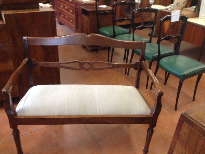 Walnut Leuningstoel Italië midden 50 's  Engels stijl walnoot kleine fauteuil van de eerste helft van de jaren '50 in uitstekende conditieLengte 110 hoogte 90 diepte 47  EUR 0.00  Meer informatie