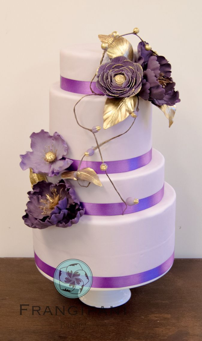 Toinen viime viikonlopun häämessuille tehdyistä kakuista on tämä, vieletti kullatuin pionein ja ranunculuksin koristeltu kerroskakku - the second cake for last weekends wedding fair was this purple and gold cake decorated with peonys and ranunculus flowers. #wedding #hääkakku #häämessut #mennäännaimisiin #purple #ranunculus #pioni #gold #weddingcake #FrangipaniBakery