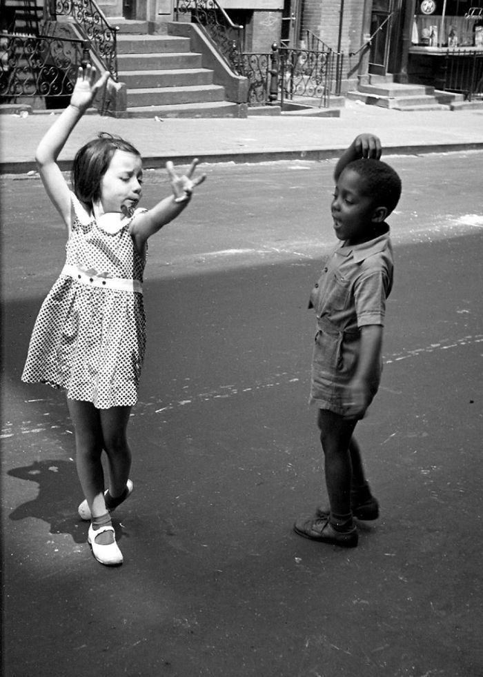 Niños bailando en plena calle - <p>Porque los juguetes no eran indispensables para compartir un rato agradable</p>
