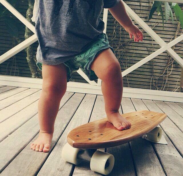 Criança brincando ao ar livre.