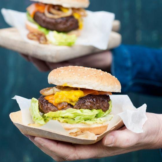 XL-burger met gegrilde ui en cheddar - Mooi weer, je beste vrienden en een goede burger... Steek de barbecue maar aan! #recept #vlees #bbq #JumboSupermarkten
