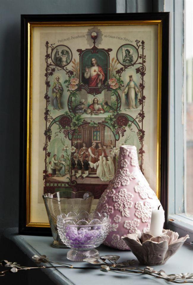 Fint i fönstersmygenDekorera med detaljer i gammal stil, vas, 295 kronor, lila ljusstake, 99 kronor, båda från Herman & Beda. Ljushållare i glas, 69 kronor, Sia. Liten glasskål, Förtjust, 19 kronor, Ikea. Lila violpastiller, 29 kronor, Åhléns. Blomslingan som ligger längst fram går att böja hur som helst, 149 kronor, Herman & Beda.
