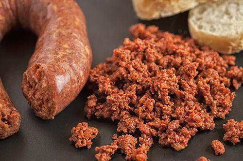 Aprenda a cocinar Chorizo Casero Auténtico Mexicano. Es muy fácil, aunque sí se tiene que trabajar mucho en la preparación pero el resultado le va a fascinar.