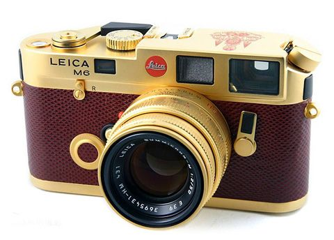 Leicas seem to be a favorite on Pinterest. Everyone wants to photograph one. I've never seen one in this color before.