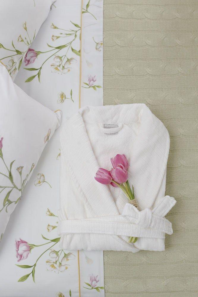 Tulipas rosas finalizaram a dobradura do roupão branco da Valencien em cima da cama com manta verde em tricot e as peças da Campo di Fiori, para receber uma amiga querida em nossa casa.