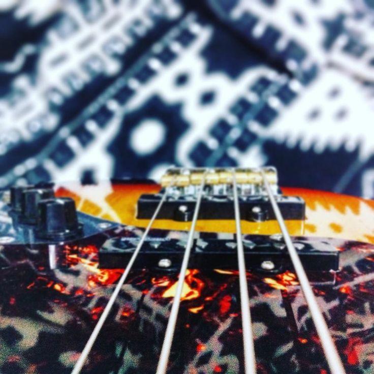 4 cuerdas #photooftheday #bass #details #4strings #vintage #bokeh #tiltshift #music #igersspain #week1 #challenge