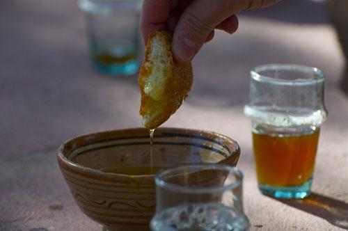 Oil, bread and mint tea.  Pane, olio e tè alla menta.