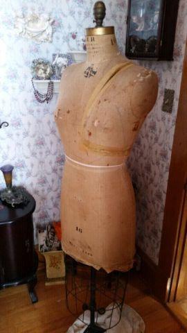 les 74 meilleures images du tableau mannequin couture sur pinterest buste mannequin mannequin. Black Bedroom Furniture Sets. Home Design Ideas