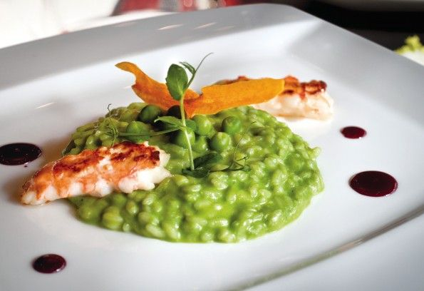 Peas and pesto Risotto: This easy and tasty risotto recipe is ideal in spring and summer, when fresh peas are in season and can be bought directly from the producers, without having to resort to frozen ones. The delicate flavour of these wonderful green legumes well matches the more savoury Pesto and Parmigiano, providing an incredible taste experience. #glutenFree #risoGallo #risotto #vegetarian