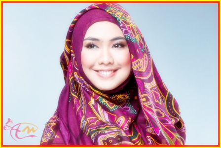 Mencoba Tutorial Hijab Pashmina Oki Setiana Dewi - arenawanita.com