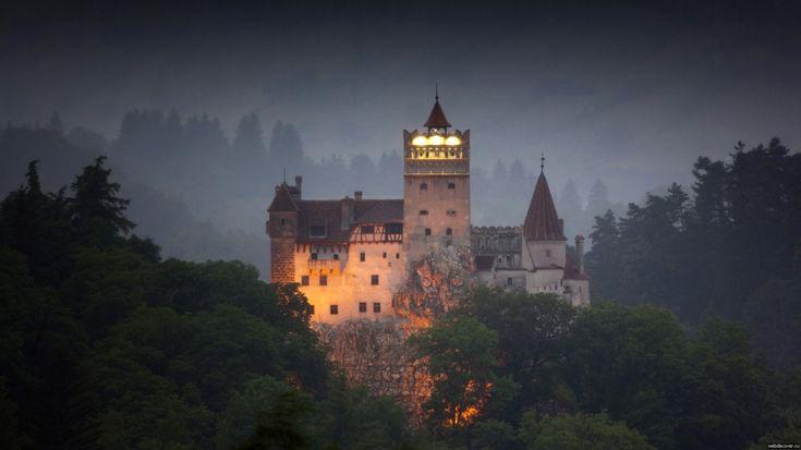 Замок Бран - это жемчужина Трансильвании, таинственный музей-форт, где родилась знаменитая легенда о графе Дракуле — вампире, убийце и воеводе Владе Цепеше. По преданию, он ночевал здесь в периоды своих походов, а лес, окружающий замок Бран, был любимым местом охоты Цепеша.   Источник: https://www.adme.ru/svoboda-puteshestviya/hochu-v-zamok-722460/ © AdMe.ru