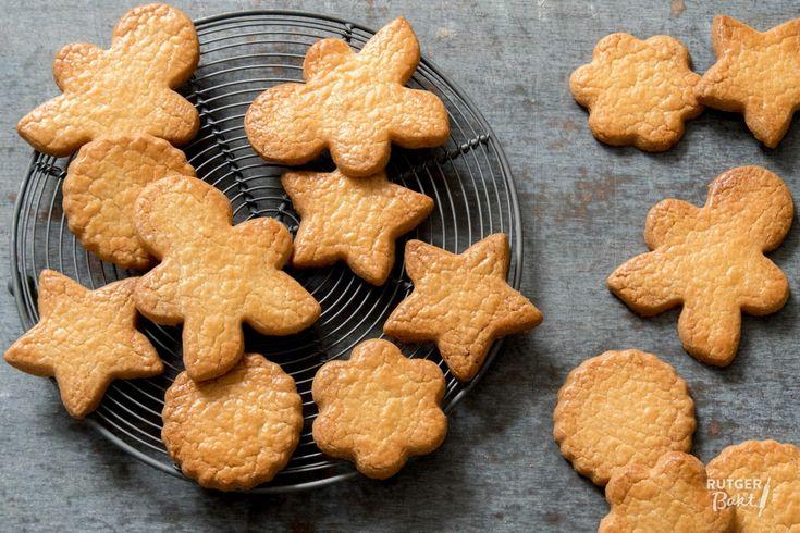Met dit makkelijke recept voor zandkoekjes bak je zelf de lekkerste koekjes! En ze zijn ook perfect om met kinderen te bakken!