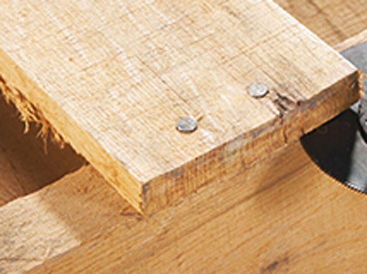 Passo 2 : Retire as tábuas e reposicione-as para que fiquem mais juntas. Pode usar pedaços das tábuas da outra parte da palete que foi retirada. Para cortar o material restante dos bordes você pode utilizar o disco de corte SM600. Use também uma ferramenta rotativa Dremel 3000 ou 4000 junto com o disco de corte 420 para retirar os pregos mais teimosos.