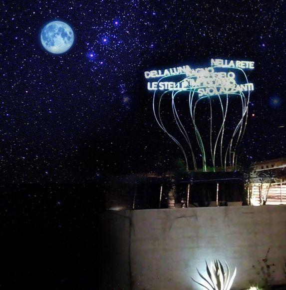 MOONLIGHT, installazione 2,5 x 2,5 x 8 m. Arenile di Santa Teresa, Salerno dicembre 2016 - gennaio 2017 Una scultura che rimanda, nella sua forma sinuosa alle onde del mare, alle nuvole del cielo e declama una poesia di Garcia Lorca  che racconta di quelle luci eterne, primordiali e bellissime che ancora oggi ci commuovono. NELLA RETE DELLA LUNA, RAGNO DEL CIELO, S'IMPIGLIANO LE STELLE SVOLAZZANTI