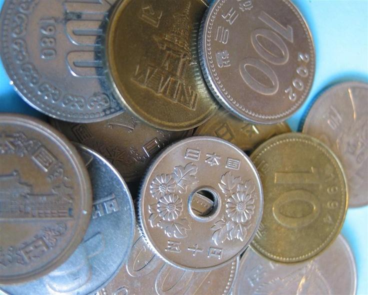Monedas japonesas: Debido a las diferencias de borde, peso, relieve y diseño, es muy fácil para las personas con deficiencias visuales distinguir unas monedas de otras.