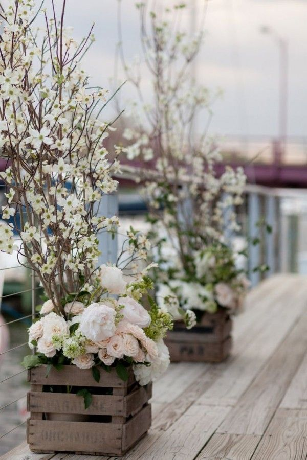 Une jolie ambiance déco romantique et poétique sur la terrasse avec des caisses en bois au look vintage  http://www.homelisty.com/caisses-en-bois-jardin-balcon-terrasse/