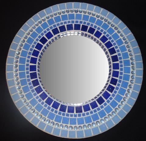 Mosaické zrcadla, rámy a další, všechny ručně vyrobené a jedinečné.
