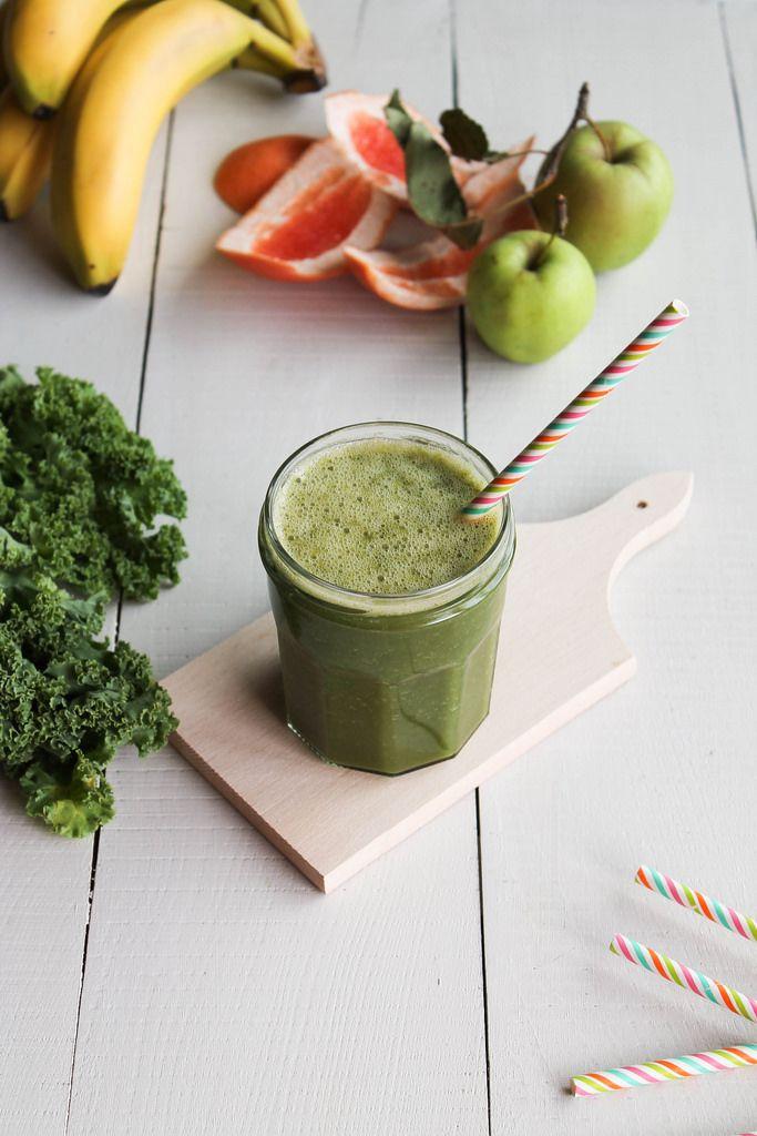 """Recette de green smoothie au kale """"l'incroyable Hulk"""" - Ingrédients : 3 branches de chou kale, 1 pamplemousse, 1 banane, 1 pomme"""