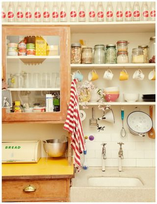 Tips on creating a vintage kitchen + cute kitchen pics for inspiration Cute Kitchen, New Kitchen, Happy Kitchen, Beautiful Kitchen, Kitchen Ideas, Warm Kitchen, Country Kitchen, Quirky Kitchen, Kitchen Sink
