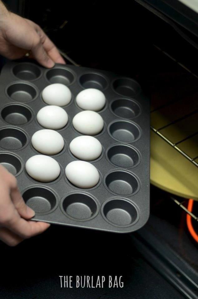 Se avete tanti ospiti e volete cuocere più uova sode contemporaneamente...mettetele in forno! A 160/170 gradi per circa mezz'ora. Poi tuffatene una subito in una ciotola con acqua e ghiaccio, per vedere se è cotta. Se si, metteteci dentro anche le altre. Questo servirà a bloccarne la cottura e saranno più facili da sgusciare!