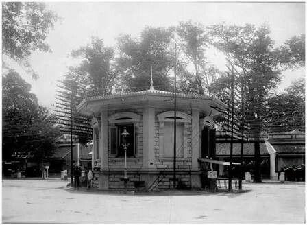 Telefoonhuisje te Soerabaja, vermoedelijk aan de Simpangstraat. 1900