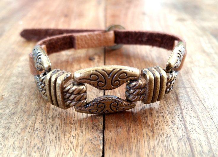 PULSEIRA BOHO COURO METAL <br>pulseira de couro com entremeio de metal em bronze. <br>Fivela ajustável