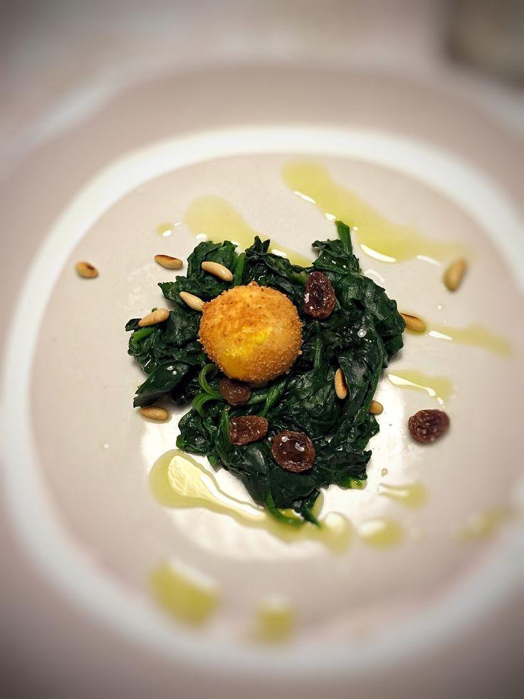 uovo impanato e fritto con insalatina di spinaci novelle (cit. Carlo Cracco)