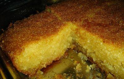 Για το σάμαλι: 2 κούπες σιμιγδάλι χοντρό 1 κούπα σιμιγδάλι ψιλό 1 κούπα ζάχαρη 1 ½ κούπα χυμός πορτοκάλι 1 κουταλάκι σόδα 1 βανίλια 1/2 κουταλάκι μαστίχα τριμμένη 5 κουταλάκια μπέικιν πάουντερ Ξύσμα ενός λεμονιού Για το σιρόπι: 4 κούπες ζάχαρη 3 1/2 κούπες νερό Χυμός 1 λεμονιού ¼ κούπας κονιάκ Σε μεγάλο μπολ ανακατεύουμε