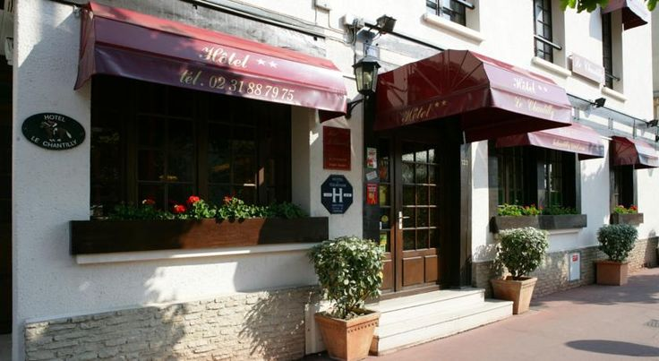 Hôtel Le Chantilly Deauville With its typical façade, this hotel is located in the city centre of Deauville. Set just few steps from the beach, the racecourse and the casino, it boasts an ideal location.