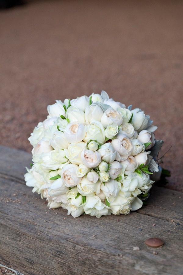 En rund, hvid brudebuket med massere af roser - rammer altid plet.