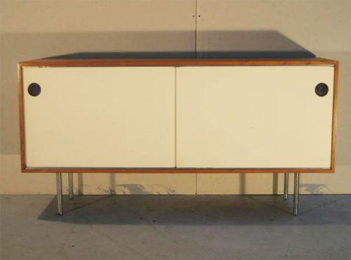 Design: Kurt Thut Baujahr: 1950er Hersteller: Thut Möbel     Preis in CHF: 2'500.00      Thut Sideboard mit 2 Schiebetüren  L 160, H 80, T 45 cm