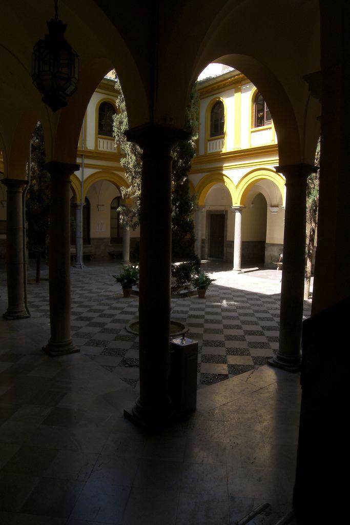 Uno de los claustros de la Facultad de Derecho. Universidad de Granada.
