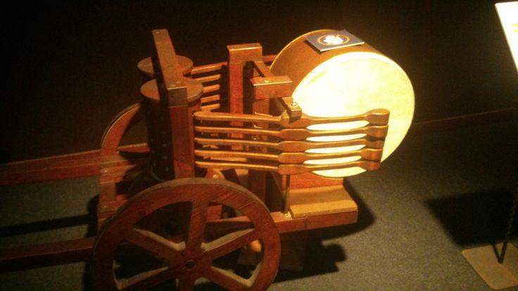 Nog een uitvinding van Leonardo da Vinci. Dit is een soort automatische trommel, die tijdens het rijden muziek maakte.
