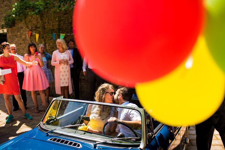 kleurrijke bruiloft ballonnen blauwe trouwauto bennebroek