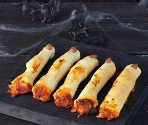 """Du kan nemt lave helt traditionelle pølsehorn med ketchup til uhyggelige """"troldefingre"""". Du lader den ene ende være åben, så det ligner en blodig afhugget finger, og i den anden ende placerer du en mandel som """"negl"""". Et sikkert hit! Idé og billede er fra Faktas store tema om halloween, hvor du også kan finde opskriften på pølsehorn og andre gode ideer."""