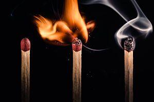 Ignición - Se denomina ignición a la conjunción en el espacio y el tiempo de los cuatro componentes del tetraedro del fuego (combustible, comburente, calor y reacción en cadena) con la intensidad suficiente para provocar la inflamación del combustible.