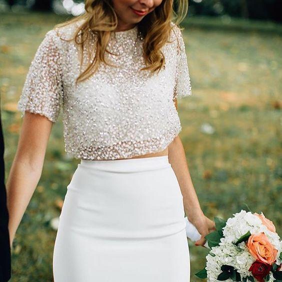 A moda do cropped top chegou aos vestidos de noiva. Agora, vestidos em duas peças são tendência! Veja inspirações de vestido de noiva cropped e se apaixone!