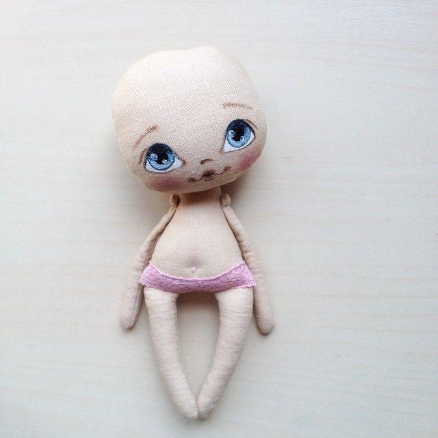 Лысенькая и голенькая, но уже миленькая девочка #кукла #куколка #куклаолли #олли…