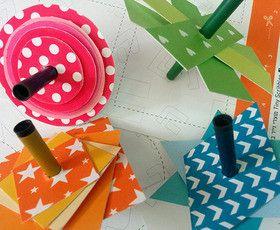 ערכת יצירה של שמונה סביבונים מעוצבים מנייר להרכבה ומשחק.הסביבונים מגיעים על גבי 8 גלויות מודפסות שטוחות כשצידן האחד מעוצב וצבעוני ובצידן השני עיצוב חלקי המיועד לצביעה.צובעים את הצד המיועד, מרכיבים 8 סביבונים מגניבים, צבעוניים ויחודיים ע