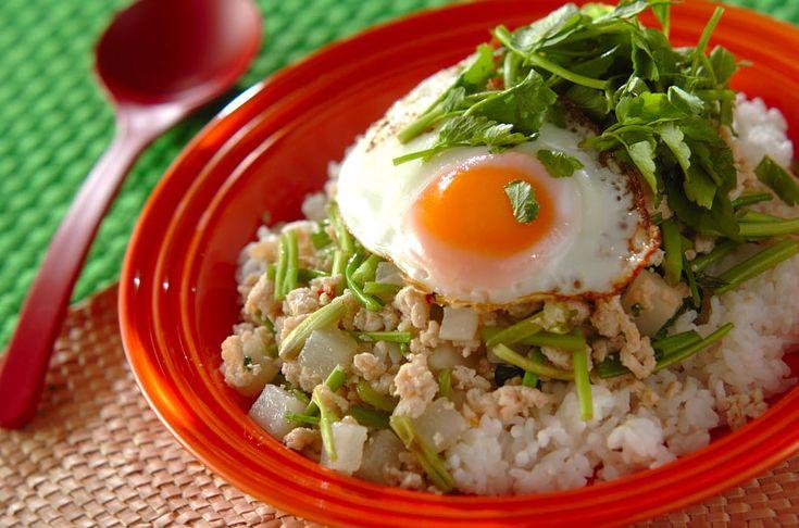 ベトナム風の甘い味付けが和の野菜とご飯によく合います。塩もみした大根の食感とセリの香りがおいしい一品です。大根とセリのベトナムご飯/吉田 朋美のレシピ。[エスニック料理/米料理]2015.02.26公開のレシピです。