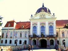 Het paleis van Keizerin Sissi in Gödöllö. Het paleis van Sissi in Gödöllö is het grootste barokke kasteel van Hongarije. Het staat 25 km oostelijk van Boedapest.  Het is gebouwd door graaf Antal Grassalkovich rond 1730.  Grassalkovich was een trouwe aanhanger van Maria Theresia. De Maria Theresia Hall herinnert aan het bezoek dat ze hem bracht.  Lees meer: www.hungariahuizen.nl/godollo/