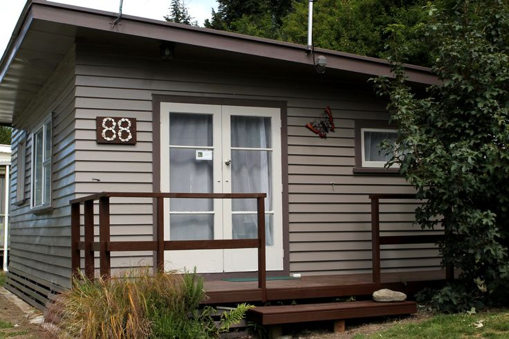 Looking at staying here Zoe - can you advise on whether this is the kind of place we should expect in Queenstown please. $125 per night for 3 people.