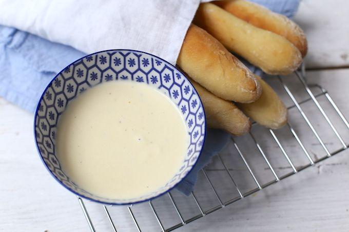 Op zoek naar een heel lekker recept voor een dipsaus of een pastasaus? Maak dan eens deze alfredo saus. Het recept is simpel om te maken, maar ZO lekker!